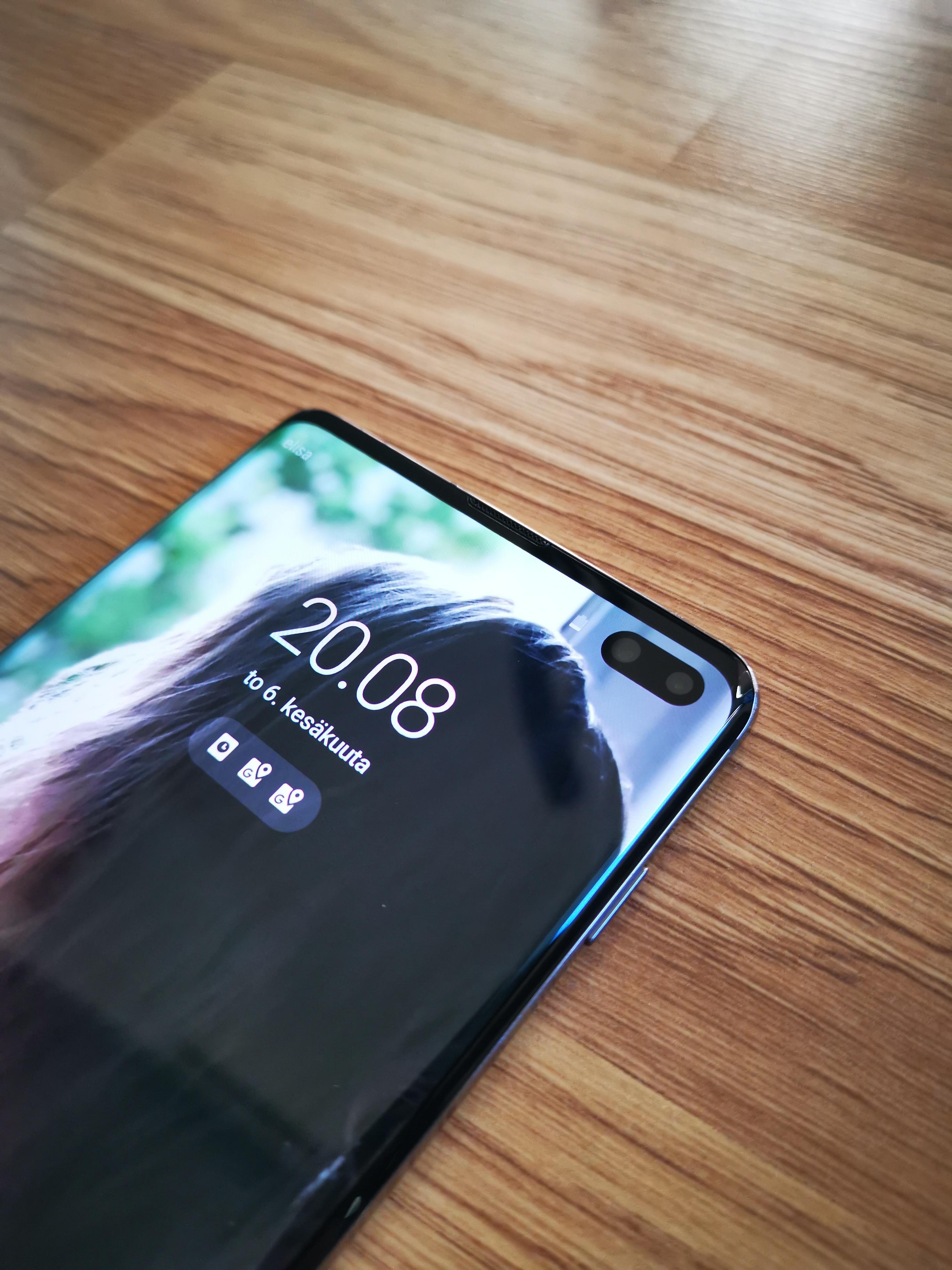 Samsung Galaxy S10 Plus reikä etukameroille