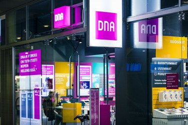 DNA:n hyväntekeväisyyskampanja tuotti 17 000 euroa - rahat vähävaraisten perheiden älylaitteisiin