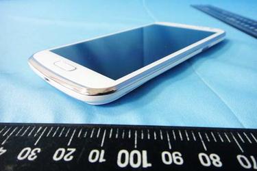 Lisää kuvia Samsungin uudesta Galaxy-puhelimesta