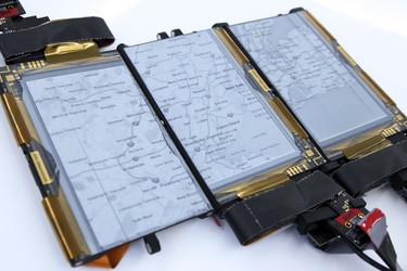 Tutkijat kehittivät kolmesta näytöstä koostuvan kokoon taiteltavan älypuhelimen