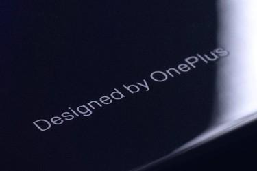 OnePlus kiusoittelee tulevan huippupuhelimen eri materiaalilla