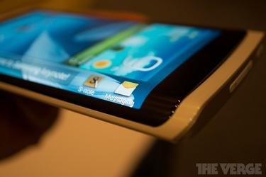 Samsung esitteli protopuhelinta taipuisalla OLED-näytöllä