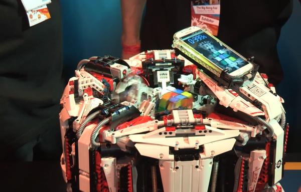 Legorobotti ratkaisi Rubikin kuution maailmanennätysajassa Galaxy S4:n avulla