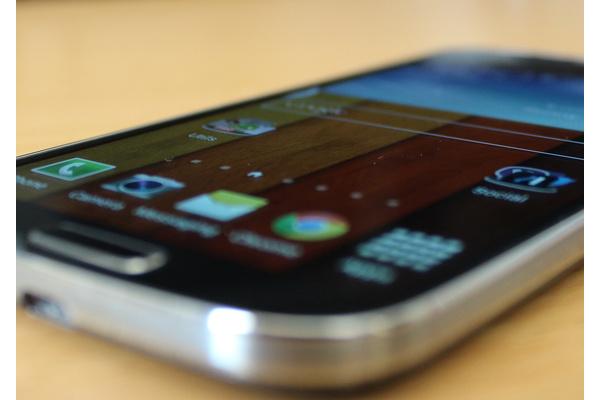 Samsung MikroPC:lle: korjaus Galaxy S4:n näytön haamukuviin työn alla