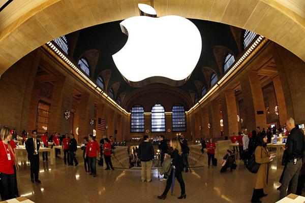 Applen kellohuhut kiihtyvät: näyttö kaarevasta lasista