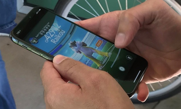 Reddit thread showing iPhone X running Pokémon GO sparks discussion about screen estate