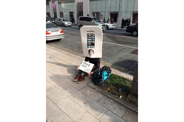 Mitä ihmettä? Japanilaisfani jonottaa jo iPhone 6:tta – iPhone-asussa