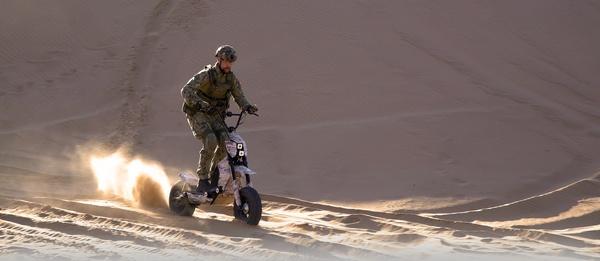 Mad Max hyväksyisi: Armeijan käyttöön sopiva sähköpotkulauta, kantama 150km, nopeus 100km/h