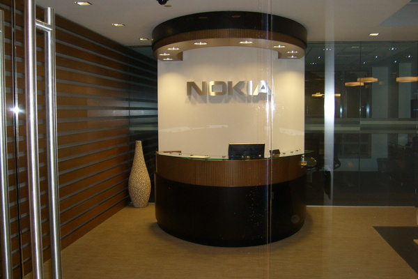 Nokia kääntää strategiansa painopistettä peruspuhelimiin