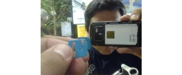 Nokian N97:n kameran linssinsuojus naarmuttaa linssiä?