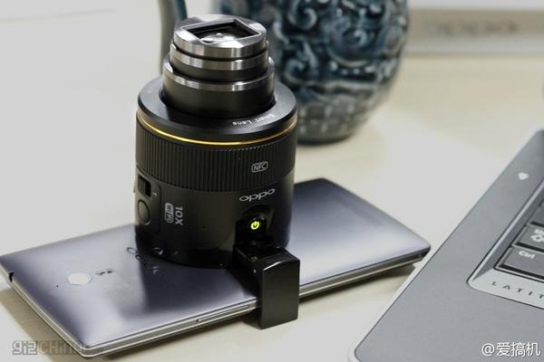 Kuvissa Oppon älypuhelimeen liitettävä zoomilinssi
