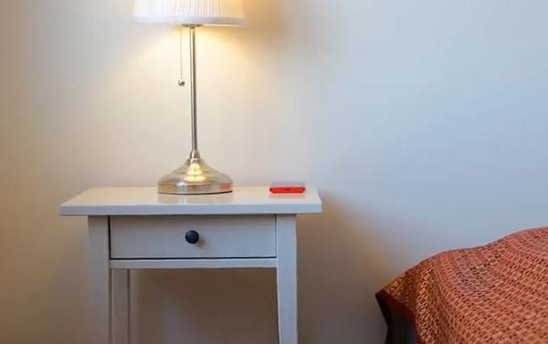 Helppoa ja nopeaa - langattomasti lataava yöpöytä (video)