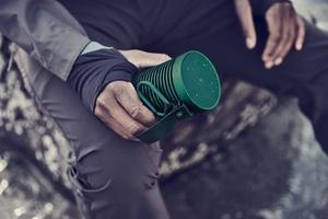 Bang & Olufsen julkaisi ulkokäyttöön sopivan Beosound Explore Bluetooth-kaiuttimen 27 tunnin akunkestolla