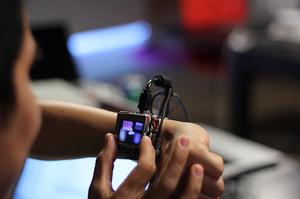 Tutkijoiden kehittämä älykello laajentaa ohjattavuuttaan kosketusnäytön ulkopuolelle