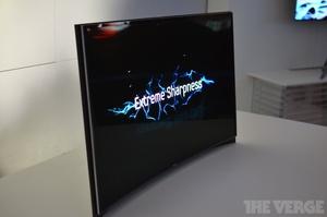 """Samsungilta """"maailman ensimmäinen"""" kaareva OLED-TV"""