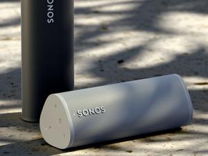 Sonosin kevyt ja pienikokoinen Roam-kaiutin tarjoaa laadukkaan äänentoiston 10 tunnin akunkestolla