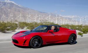 """Teslan pomo: """"Niin muuten, se 1,9 sekunnissa 0-100km/h kiihdytys.. se on se halvin perusmalli"""""""
