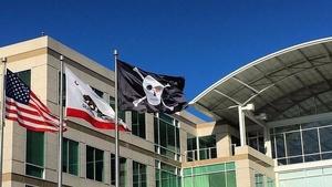 Apple nosti merirosvolipun päämajan lipputankoon – Tästä siinä oli kyse