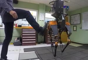 Tämä kaksijalkainen robotti tasapainoilee potkuja vastaan