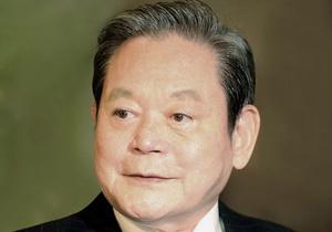 Samsungin pääpomo kiidätettiin sairaalaan