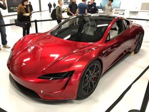 Teslan tuleva hyperauto Roadster kuvattiin – ja photoshopattiin esittelemään eri värivaihtoehtoja